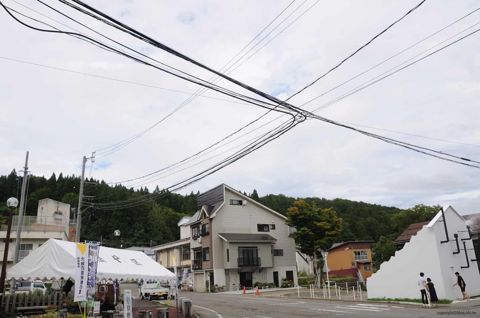 摩尼爾‧范特米,CASABARATA,這張照片是讓我驚訝日本天際線上的電線整理得如此整齊,都忘記了旁邊由當地居民服務的「無料休息處」也一樣精采(左下角處)。這趟行程中一路觀察了日本的街道,相對於台灣的電線地下化比較全面,這也是我們值得驕傲的地方 casabarata CASABARATA CASABARATA 05