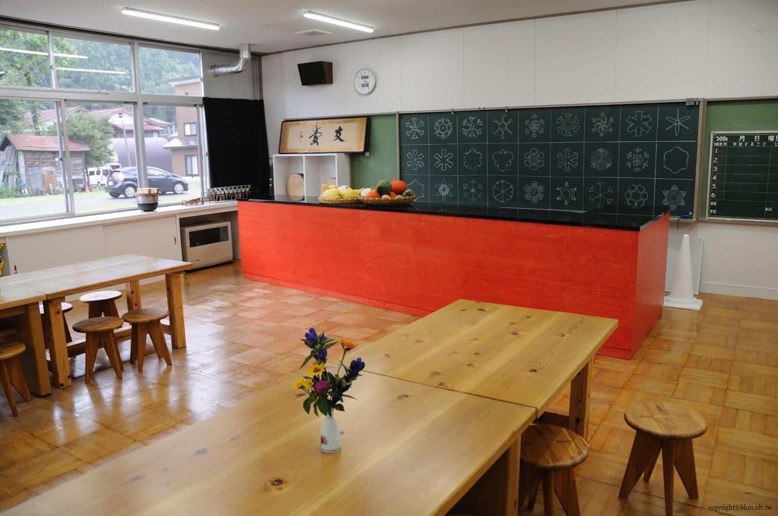 豊田恒行,越後妻有「上鄉劇場館」,用餐與表演空間。黑板上畫的為冰雪結晶,來自同名書籍「北越雪譜」中的一頁,呈現不同雪花樣貌 越後妻有「上鄉劇場館」 越後妻有「上鄉劇場館」 Echigo Tsumari Kamigo Clove Theatre 03