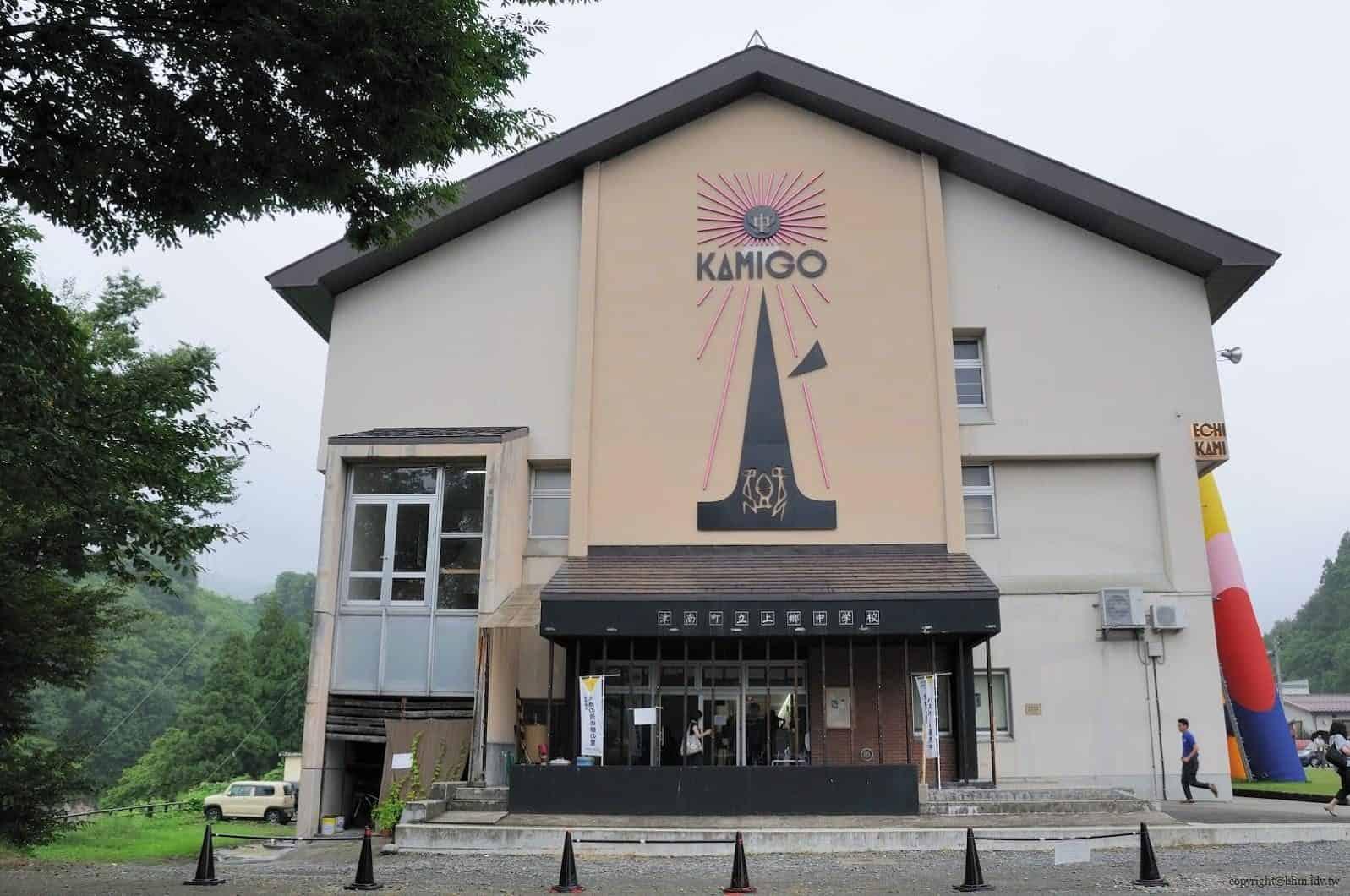 豊田恒行,越後妻有「上鄉劇場館」入口,住宿、餐飲、劇場、展覽等複合功能的設施的空間,入口嵌上的金屬 LOGO,為日本老廣告人浅葉克己設計 越後妻有「上鄉劇場館」 越後妻有「上鄉劇場館」 Echigo Tsumari Kamigo Clove Theatre 04 0x0