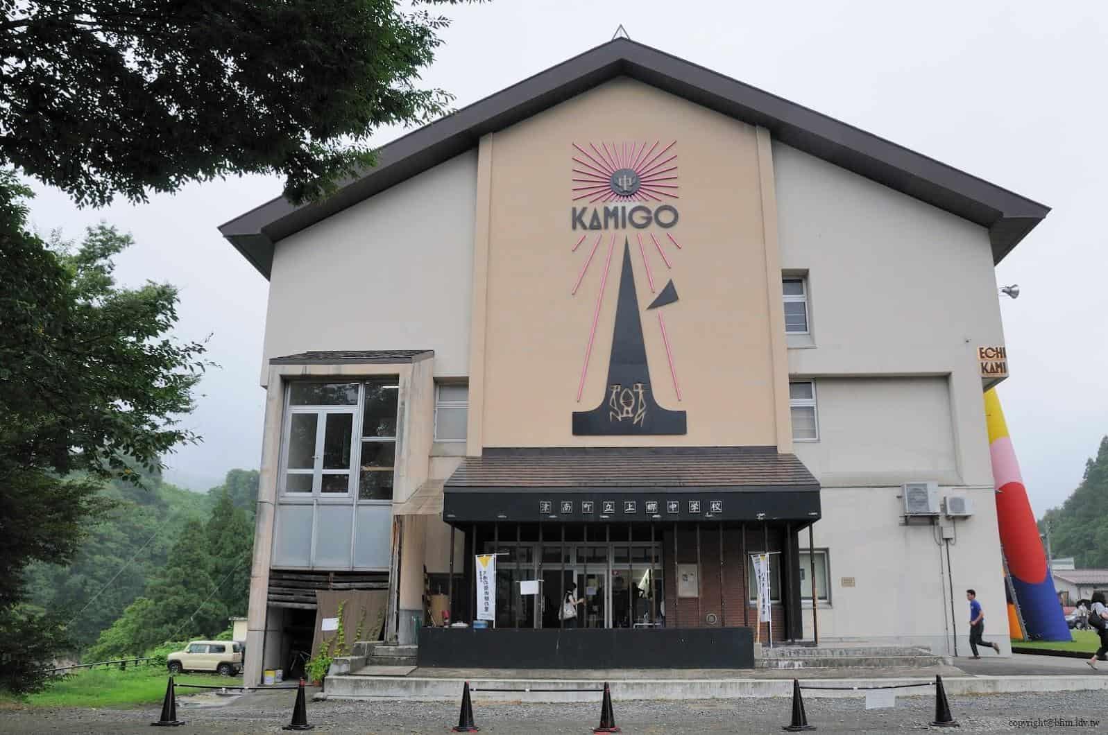 豊田恒行,越後妻有「上鄉劇場館」入口,住宿、餐飲、劇場、展覽等複合功能的設施的空間,入口嵌上的金屬 LOGO,為日本老廣告人浅葉克己設計 越後妻有「上鄉劇場館」 越後妻有「上鄉劇場館」 Echigo Tsumari Kamigo Clove Theatre 04