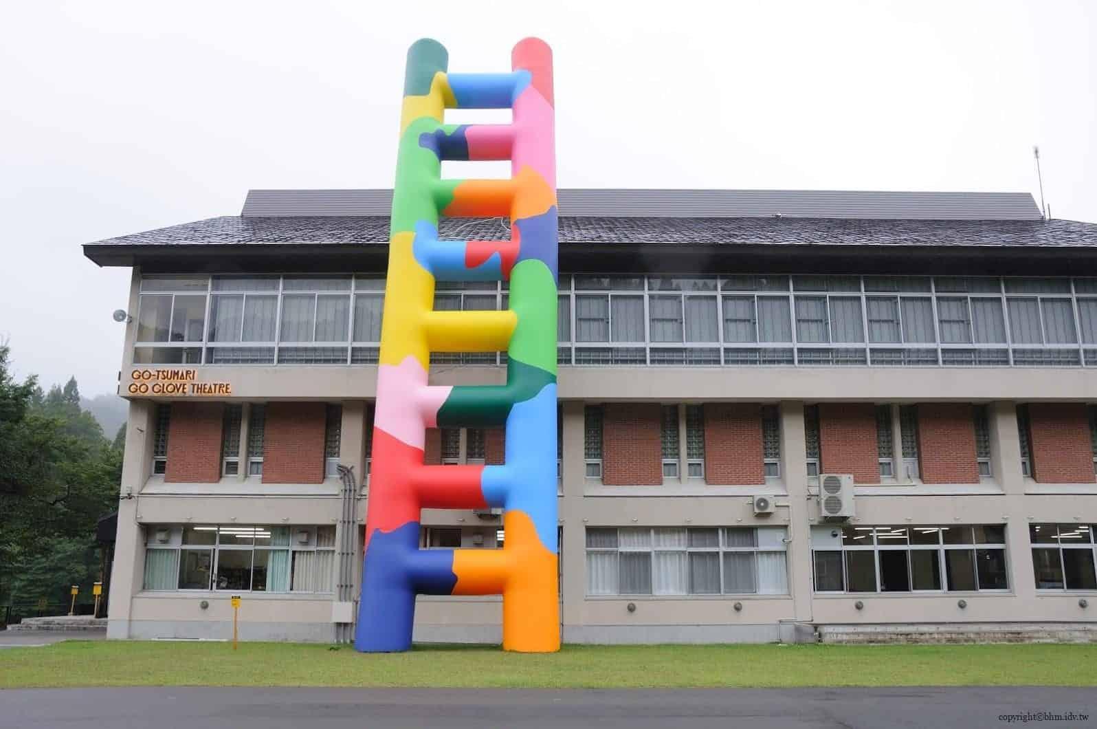 豊田恒行,越後妻有「上鄉劇場館」,側面的五彩大型充氣梯子為建築物增加童趣 越後妻有「上鄉劇場館」 越後妻有「上鄉劇場館」 Echigo Tsumari Kamigo Clove Theatre 05 0x0