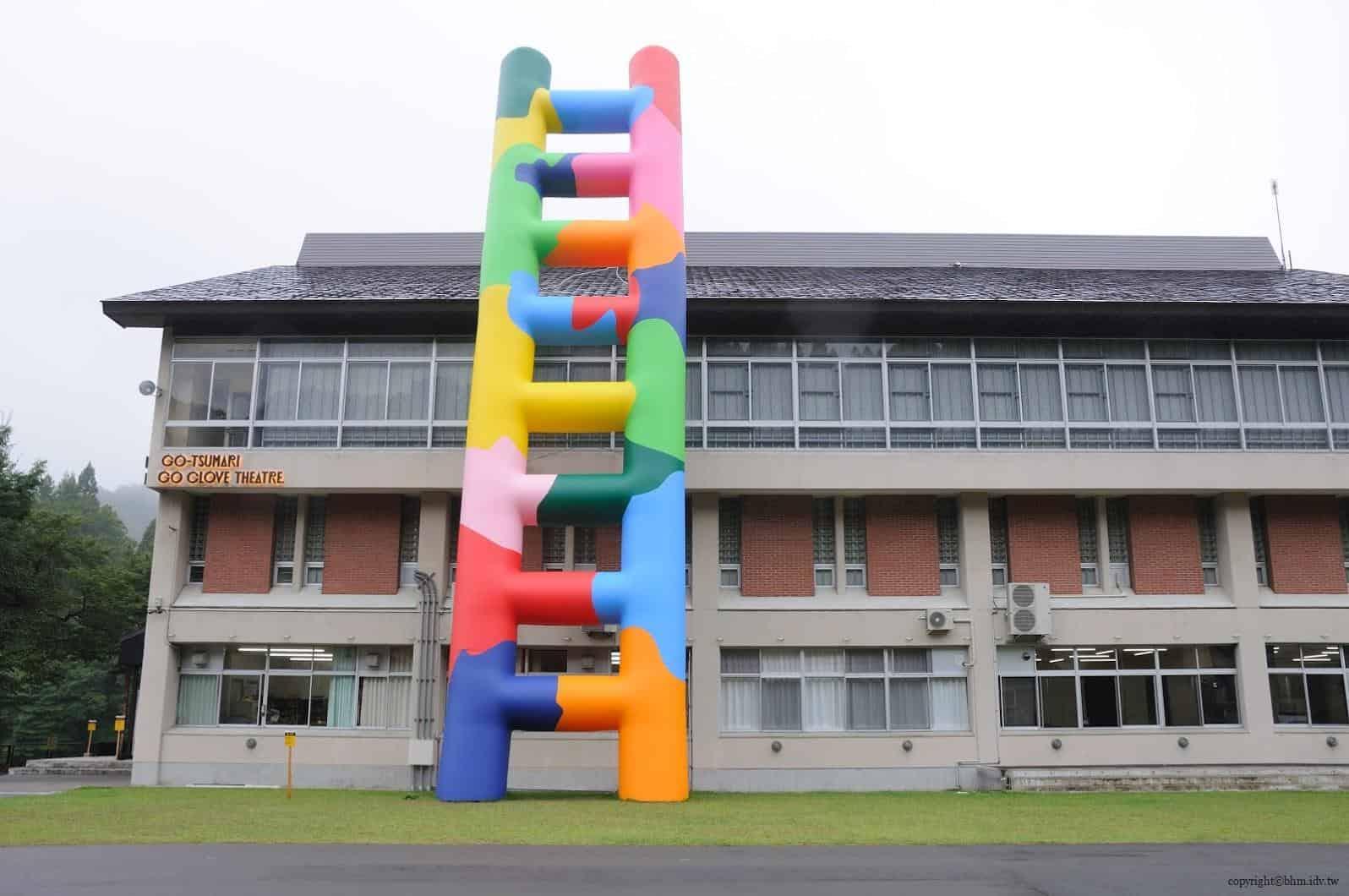 豊田恒行,越後妻有「上鄉劇場館」,側面的五彩大型充氣梯子為建築物增加童趣 活化廢棄學校 活化廢棄學校 Echigo Tsumari Kamigo Clove Theatre 05