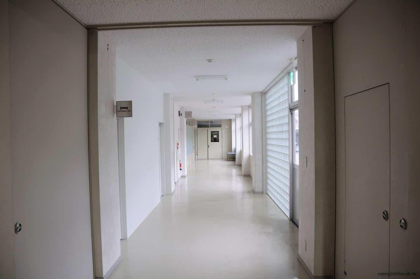 豊田恒行,越後妻有「上鄉劇場館」入口,住宿、餐飲、劇場、展覽等複合功能的設施的空間,平日未開放二樓劇場館無法一窺究竟,只能在一樓的走廊中參觀。一整個白色視覺整體感,俐落中帶有樸實 越後妻有「上鄉劇場館」 越後妻有「上鄉劇場館」 Echigo Tsumari Kamigo Clove Theatre 06