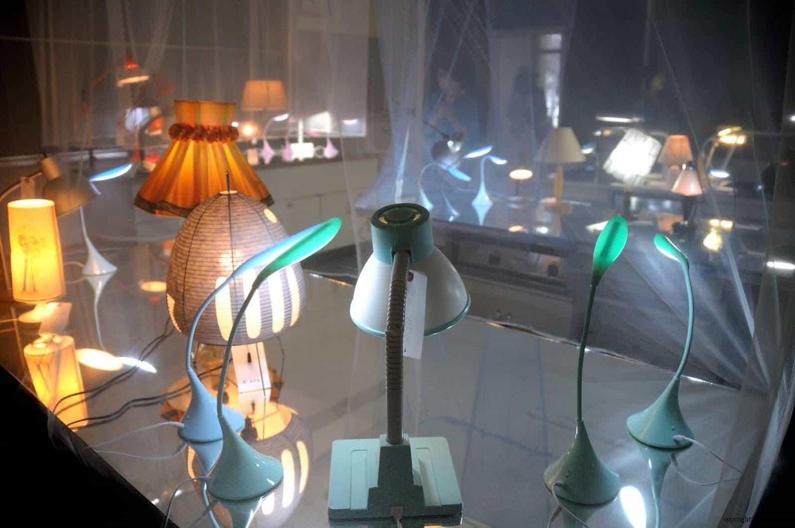 張哲溢,燈光溫室,房間中的道具為作者與民眾募集而來不再使用的物品進行裝飾,失去主人的檯燈如同失去靈魂般,有在外體在形體但其實內心的光已不再是過去的自己 越後妻有 手風琴/燈光溫室 acoordion conservatory of lights 01 0x0