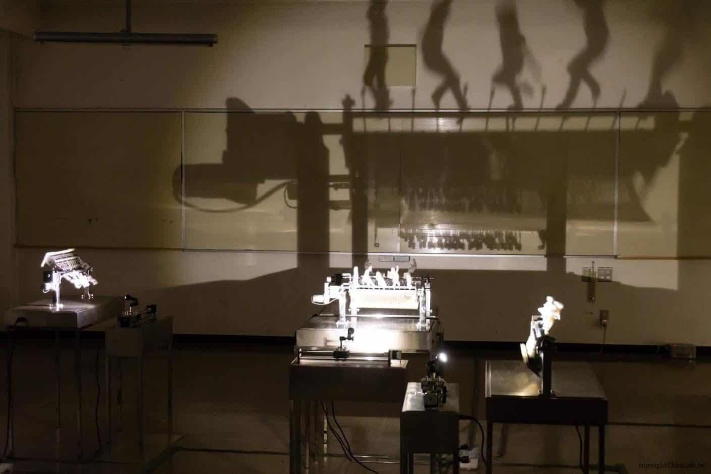 鄭宏昌,手風琴,作品中的人物採用3D列印方式,透過投影將其於牆上進行顯示,呈現出師生間的關係。隨著作品轉動,隱藏又顯示,如同回憶的不斷變化與重疊 越後妻有 手風琴/燈光溫室 acoordion conservatory of lights 04 0x0