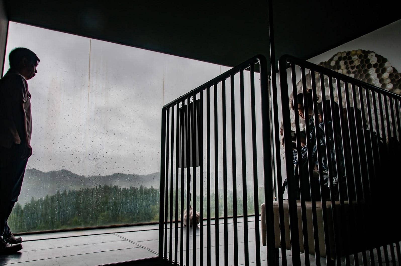 手塚貴晴+手塚由比,十日町市立里山科學館「森林學校」,其中辛苦爬上一圈又一圈的階梯後,上到34公尺高的塔頂,松之山景色非常遼闊地盡收眼底,值得花費這個腳力前往高台一窺究竟 十日町市立里山科學館 十日町市立里山科學館/森林學校 echigo matsunoyama museum of natural science 16