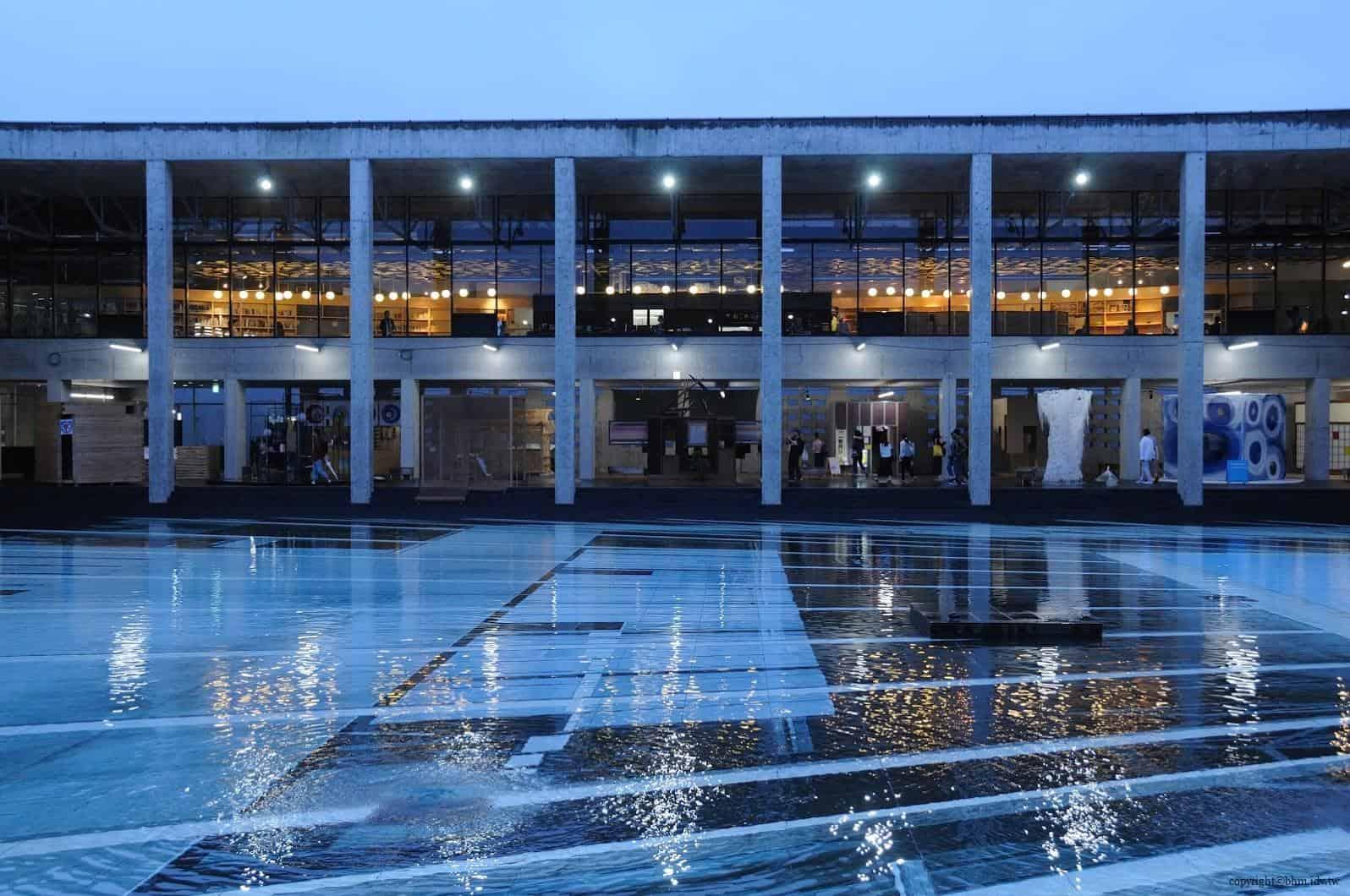 原廣司+ATELIER建築研究所,越後妻有里山現代美術館,阿根廷藝術家厄里奇,於中庭展出反射幻覺的大型情境作品。在一樓看水底時,只覺得是一般的紋路,沒有特別的地方。 越後妻有里山現代美術館 越後妻有里山現代美術館 echigo tsumari kouryukan echigo tsumari exchange center 04