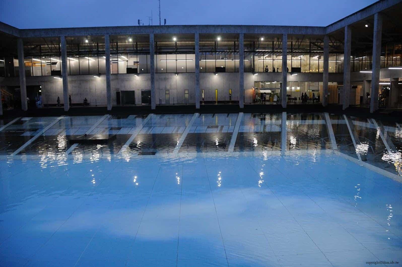 原廣司+ATELIER建築研究所,越後妻有里山現代美術館,阿根廷藝術家厄里奇,於中庭展出反射幻覺的大型情境作品。明明已經是晚上了,為何水中會反射中藍天白雲呢?讀者可以想想 藝術指標空間 藝術指標空間 echigo tsumari kouryukan echigo tsumari exchange center 12