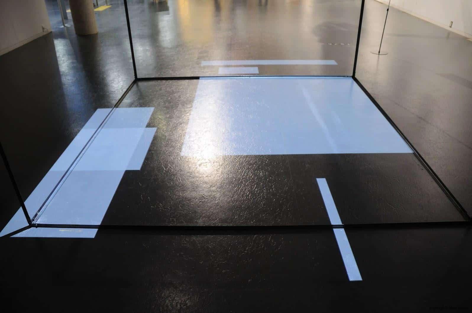 原廣司+ATELIER建築研究所,越後妻有里山現代美術館,透過上面投影機的移動,在下面形成多方塊與線條的消長,也是唯一的視覺影像作品 越後妻有里山現代美術館 越後妻有里山現代美術館 echigo tsumari kouryukan echigo tsumari exchange center 13