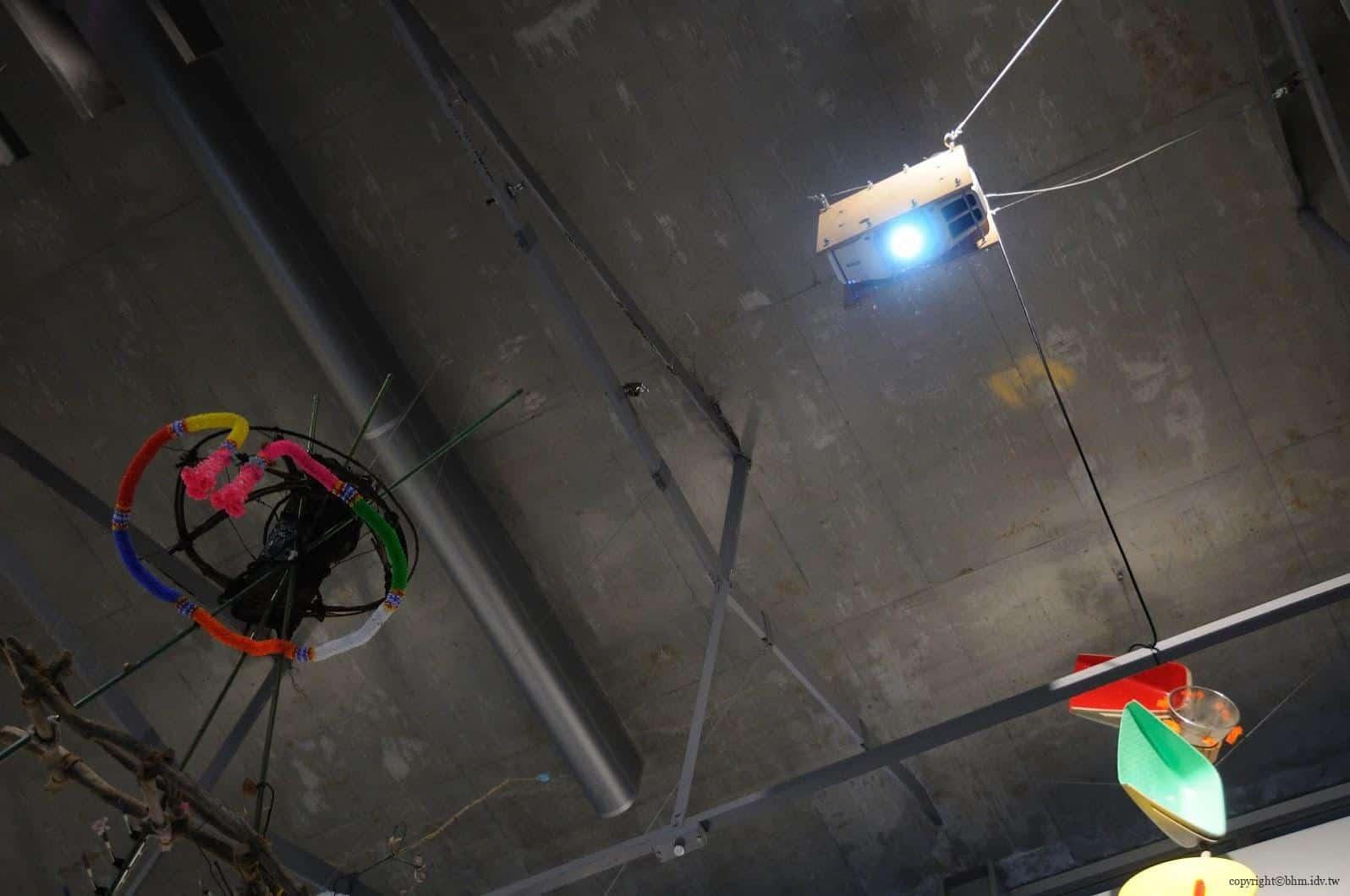原廣司+ATELIER建築研究所,越後妻有里山現代美術館,透過上面投影機的移動,在下面形成多方塊與線條的消長,也是唯一的視覺影像作品 越後妻有里山現代美術館 越後妻有里山現代美術館 echigo tsumari kouryukan echigo tsumari exchange center 14