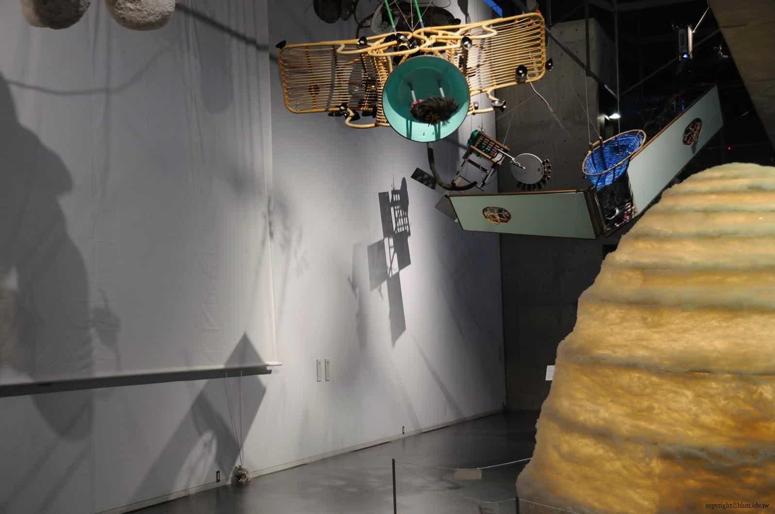 原廣司+ATELIER建築研究所,越後妻有里山現代美術館,使用當地各種回收素材做成的人造衛星,瑞士藝術家Gerda Steiner & Jorg Lenzlinger(ゲルダ・シュタイナー&ヨルク・レンツリンガー)的作品《GHOST SATELLITES》(ゴースト・サテライト) 越後妻有里山現代美術館 越後妻有里山現代美術館 echigo tsumari kouryukan echigo tsumari exchange center 17