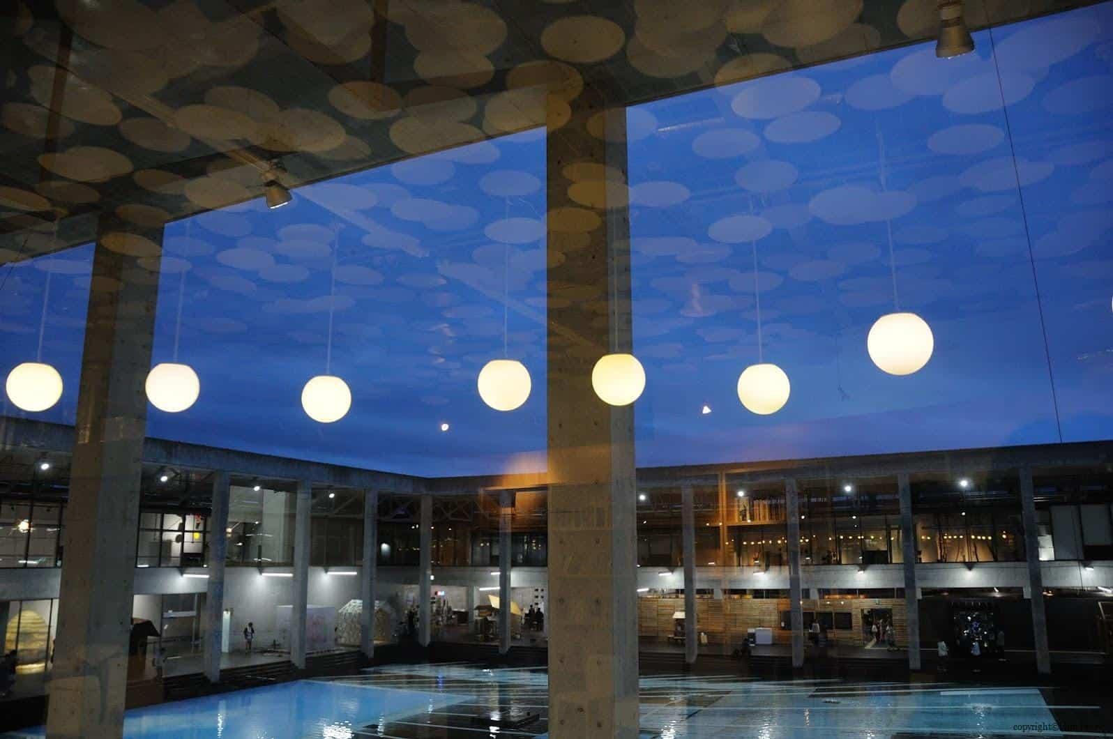 原廣司+ATELIER建築研究所,越後妻有里山現代美術館,咖啡廳天花板上的圈圈為義大利藝術家Massimo Bartolini feat. Lorenzo Bini(マッシモ・バルトリーニfeat. ロレンツォ・ビニ)的作品《○in□》,在夜晚透過玻璃倒映在上的影子疊在外面的空間時,如同白天雲朵投射在美術館中 越後妻有里山現代美術館 越後妻有里山現代美術館 echigo tsumari kouryukan echigo tsumari exchange center 19
