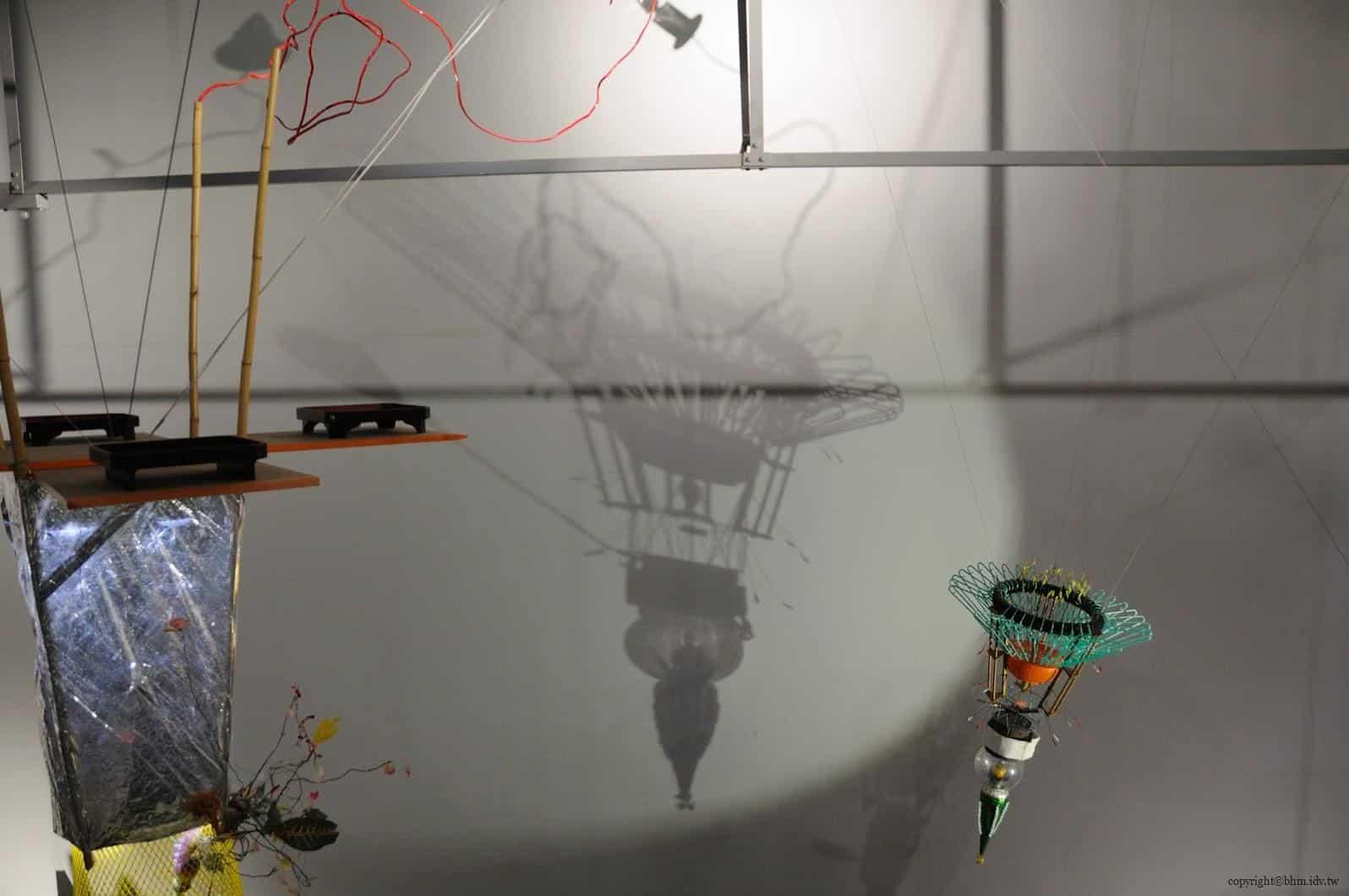 原廣司+ATELIER建築研究所,越後妻有里山現代美術館,使用當地各種回收素材做成的人造衛星,瑞士藝術家Gerda Steiner & Jorg Lenzlinger(ゲルダ・シュタイナー&ヨルク・レンツリンガー)的作品《GHOST SATELLITES》(ゴースト・サテライト) 越後妻有里山現代美術館 越後妻有里山現代美術館 echigo tsumari kouryukan echigo tsumari exchange center 21
