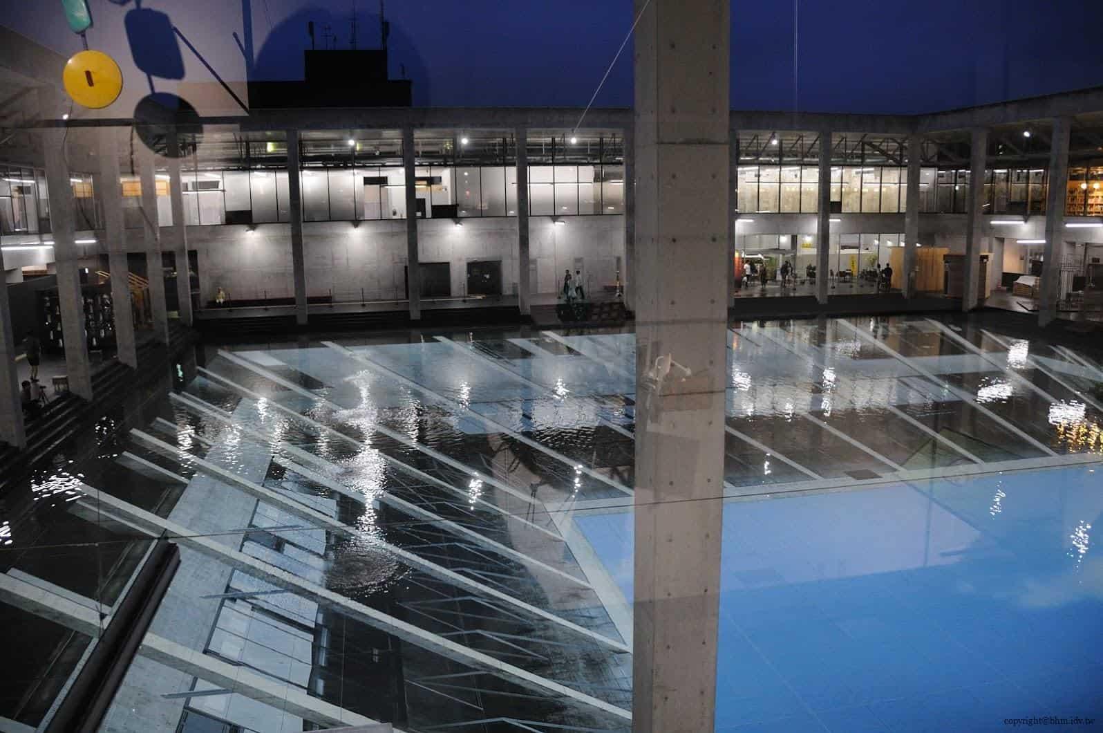 原廣司+ATELIER建築研究所,越後妻有里山現代美術館,阿根廷藝術家厄里奇,於中庭展出反射幻覺的大型情境作品。到了二樓,原本一樓無意義的紋路,突然似乎有了意義。而明明已經是晚上了,為何水中會反射中藍天白雲呢?水底的景象真的是在「反射」景象嗎? 越後妻有里山現代美術館 越後妻有里山現代美術館 echigo tsumari kouryukan echigo tsumari exchange center 22