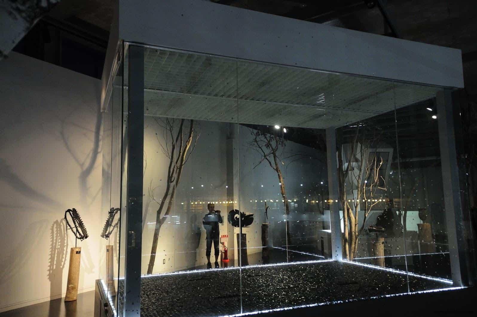 原廣司+ATELIER建築研究所,越後妻有里山現代美術館,古巴藝術家Carlos Garaicoa(カルロス・ガライコア)的作品《浮遊》,在玻璃箱內紙屑被風吹起時所形成空間分子擾動有趣的視覺景象 越後妻有里山現代美術館 越後妻有里山現代美術館 echigo tsumari kouryukan echigo tsumari exchange center 27 28