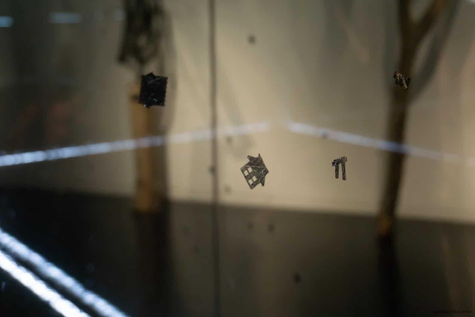 原廣司+ATELIER建築研究所,越後妻有里山現代美術館,古巴藝術家Carlos Garaicoa(カルロス・ガライコア)的作品《浮遊》,在玻璃箱內紙屑被風吹起時所形成空間分子擾動有趣的視覺景象;紙屑細看是一棟房子的剪紙 越後妻有里山現代美術館 越後妻有里山現代美術館 echigo tsumari kouryukan echigo tsumari exchange center 28