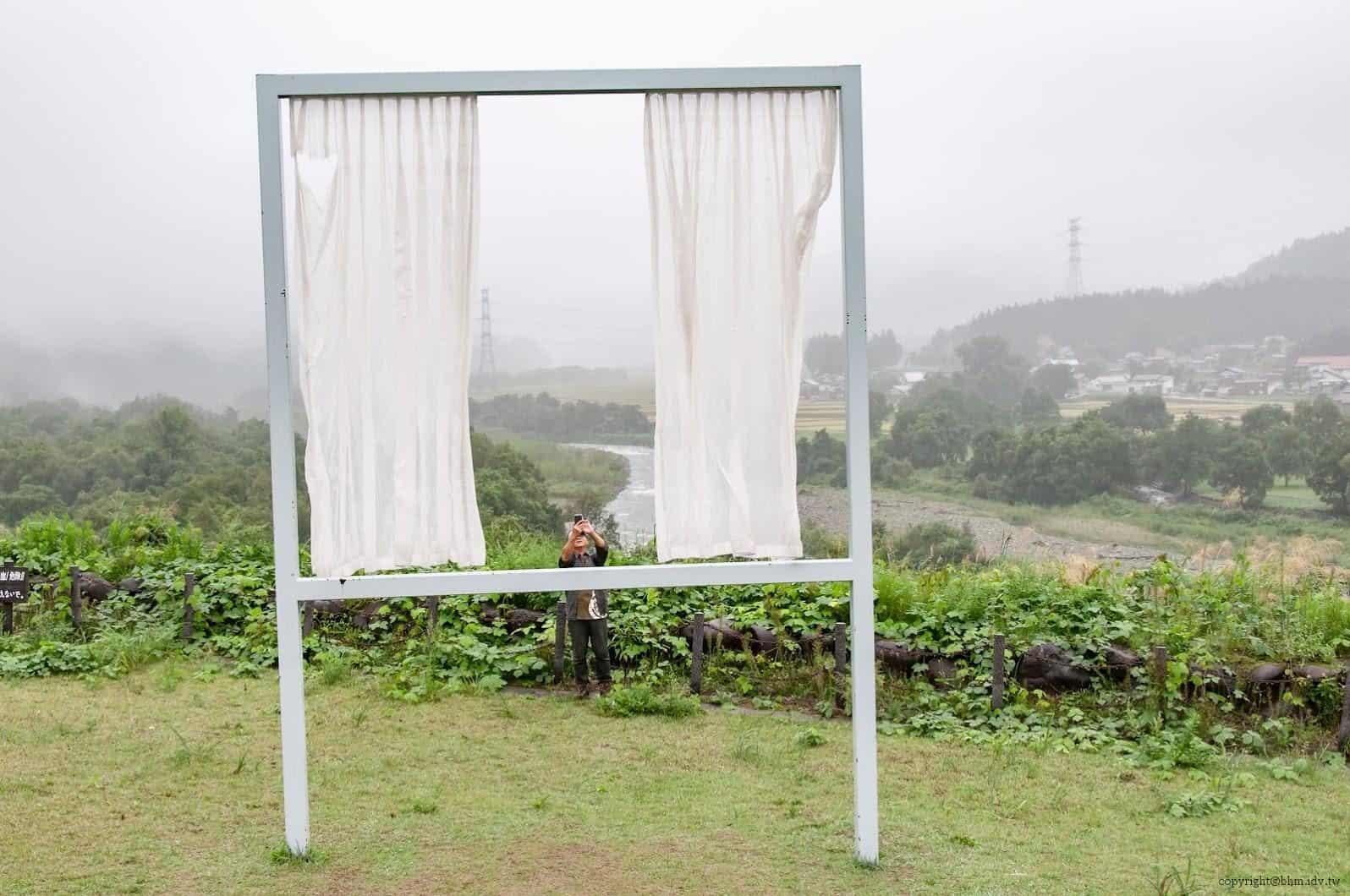 內海昭子,為了無數失去之窗,窗框內窗框外的視野切換,自己與自然,窗內與窗外,攝影者與被攝者,產生不斷的交錯 為了無數失去之窗 為了無數失去之窗 for lots of lost windows 02 0x0