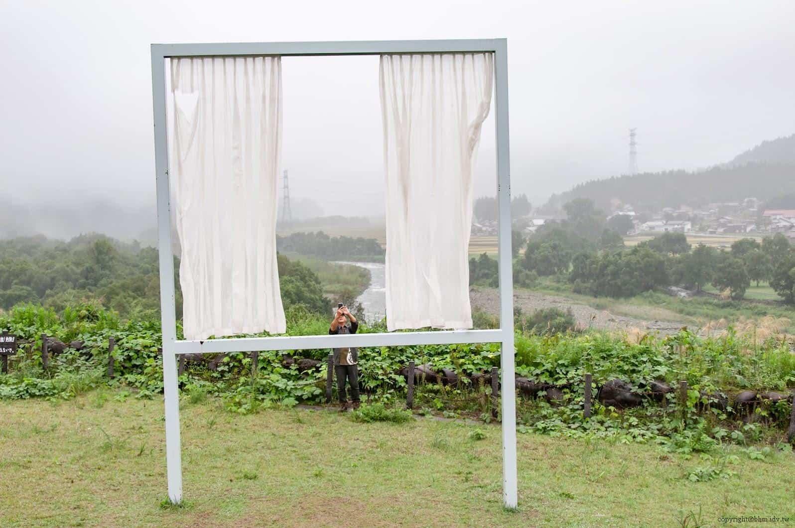 內海昭子,為了無數失去之窗,窗框內窗框外的視野切換,自己與自然,窗內與窗外,攝影者與被攝者,產生不斷的交錯 為了無數失去之窗 為了無數失去之窗 for lots of lost windows 02
