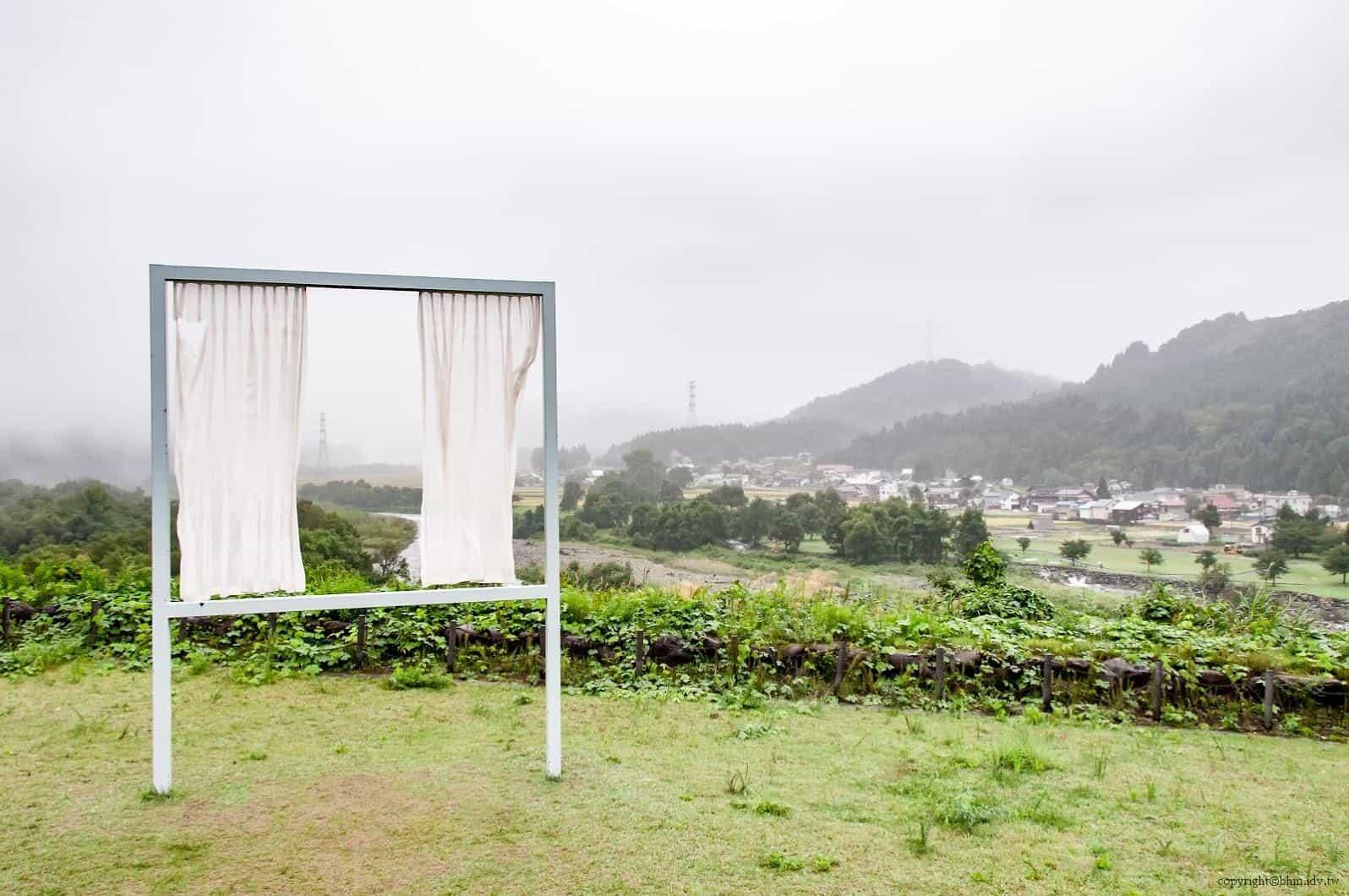 內海昭子,為了無數失去之窗,透過窗框產生了裁減的風景,如同透過房間窗戶望出去的風景一樣美麗,且只屬於自己的風景 藝術融於入環境 藝術融於入環境 for lots of lost windows 03