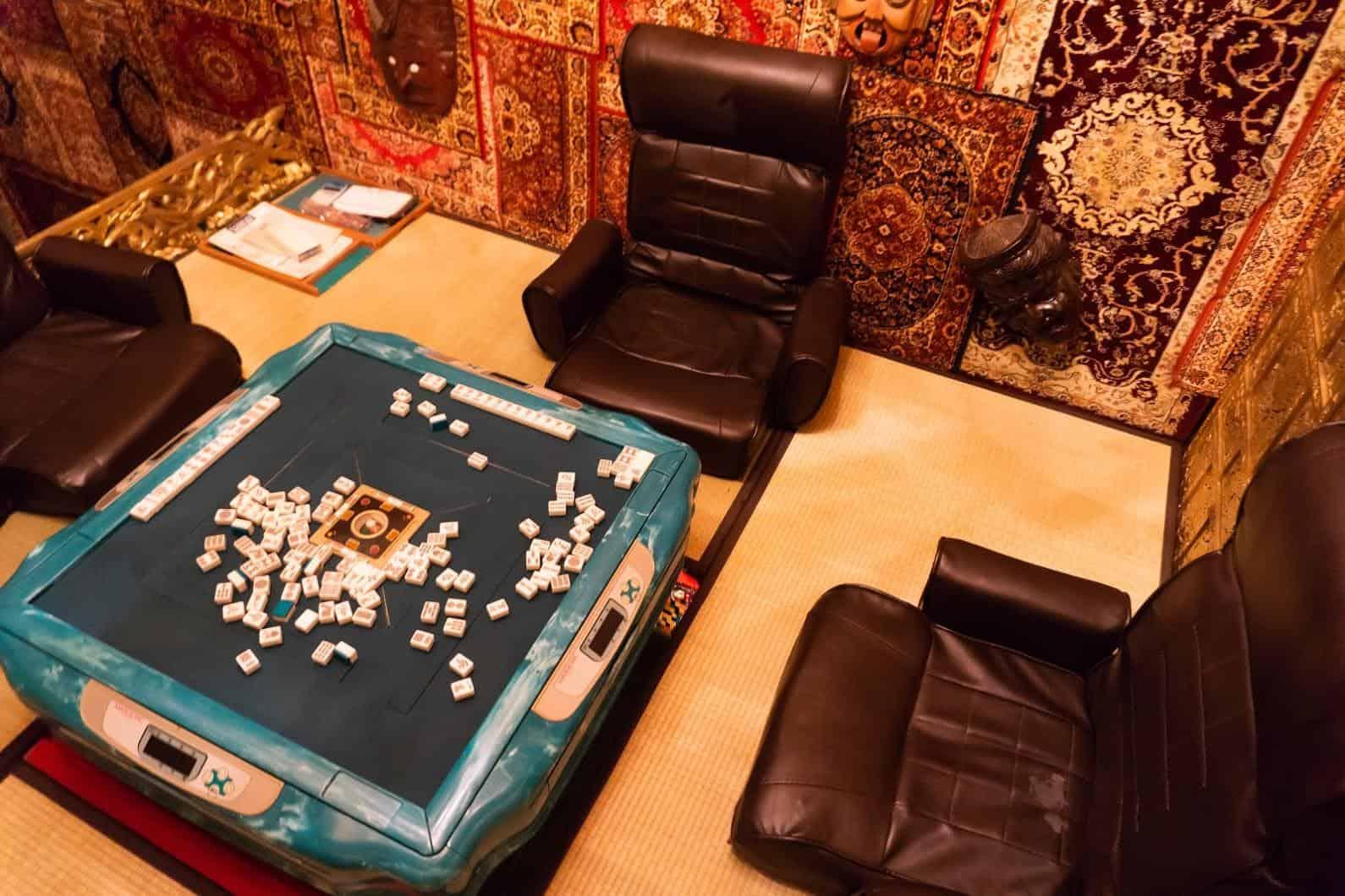 豊福亮,黃金遊戲場,違和的錯亂彷彿進入另一個異次元空間;遊樂場必備的麻將桌台,還真的可以玩上一把 黃金遊戲場 黃金遊戲場 golden playroom 02