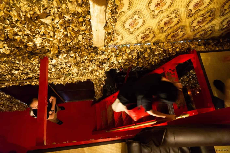 豊福亮,黃金遊戲場,違和的錯亂彷彿進入另一個異次元空間;小到不能再小的平台,讓我都懷疑是否能乘載那麼多人在上面,下來時樓梯陡到建議倒著走下階 黃金遊戲場 黃金遊戲場 golden playroom 05