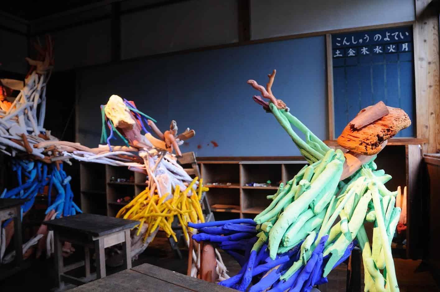田島征三,繪本和樹木果實美術館,以「學校不是空的喔!」為主題,以漂流木呈現出學生歡樂的肢體動作 繪本和樹木果實美術館 繪本和樹木果實美術館 hachi seizo tashima museum of picture book art 06