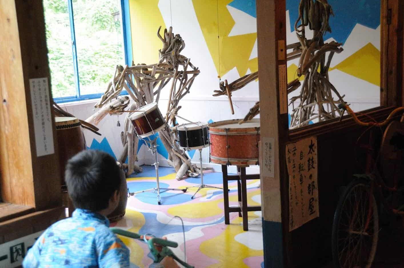 田島征三,繪本和樹木果實美術館,以「學校不是空的喔!」為主題。小朋友透過在腳踏車上踩踏,帶動前方木偶進行敲打鼓的動作與聲響,體驗感十足 繪本和樹木果實美術館 繪本和樹木果實美術館 hachi seizo tashima museum of picture book art 11