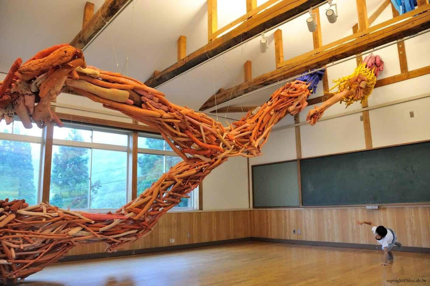 田島征三,繪本和樹木果實美術館,以「學校不是空的喔!」為主題,如一隻大手伸進來由漂流木組合成的藝術品,在空間中顯得張力十足;小朋友也跟著模仿動作 繪本和樹木果實美術館 繪本和樹木果實美術館 hachi seizo tashima museum of picture book art 14 0x0