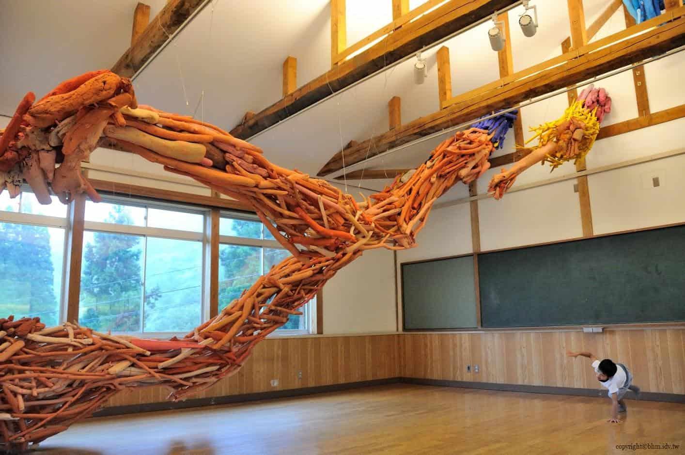 田島征三,繪本和樹木果實美術館,以「學校不是空的喔!」為主題,如一隻大手伸進來由漂流木組合成的藝術品,在空間中顯得張力十足;小朋友也跟著模仿動作 繪本和樹木果實美術館 繪本和樹木果實美術館 hachi seizo tashima museum of picture book art 14