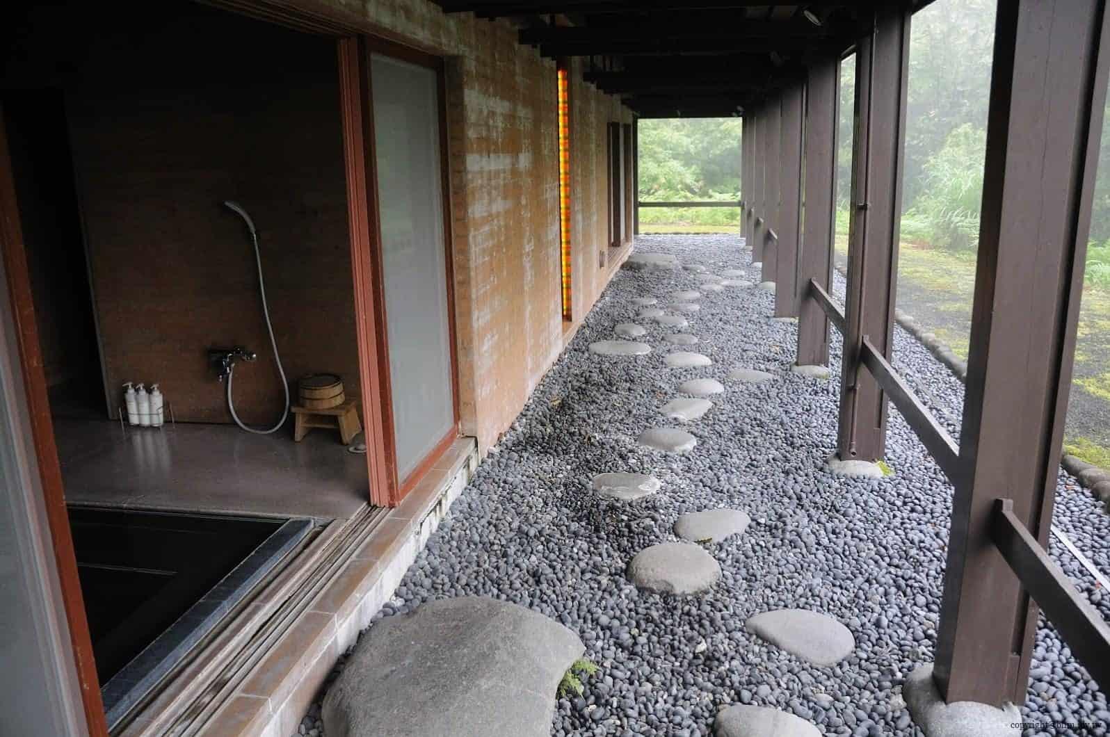 詹姆斯‧特瑞爾,光之館,作品「Light Bath」,浴缸和出入口的各個地方都可以看到光線,泡澡時可以和這夢幻的作品合為一體;限住宿客人體驗 越後妻有 光之館 house of light 03 0x0