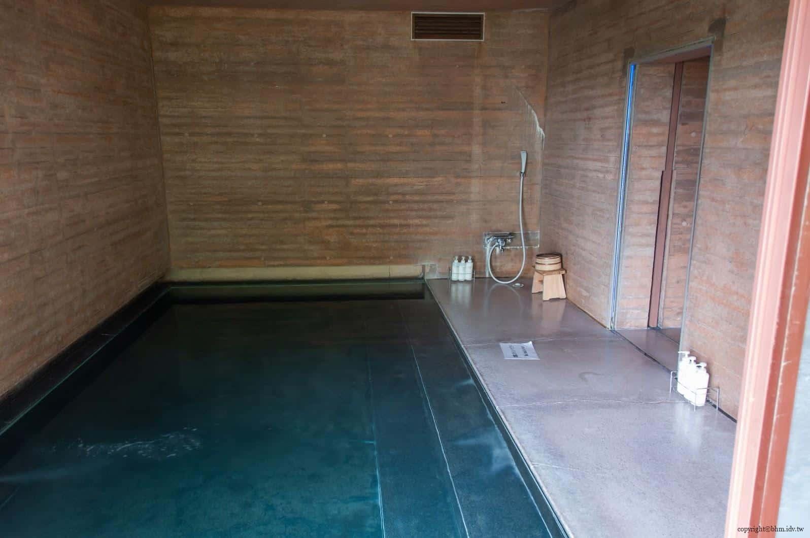 詹姆斯‧特瑞爾,光之館,作品「Light Bath」,浴缸和出入口的各個地方都可以看到光線,泡澡時可以和這夢幻的作品合為一體;限住宿客人體驗 越後妻有 光之館 house of light 04