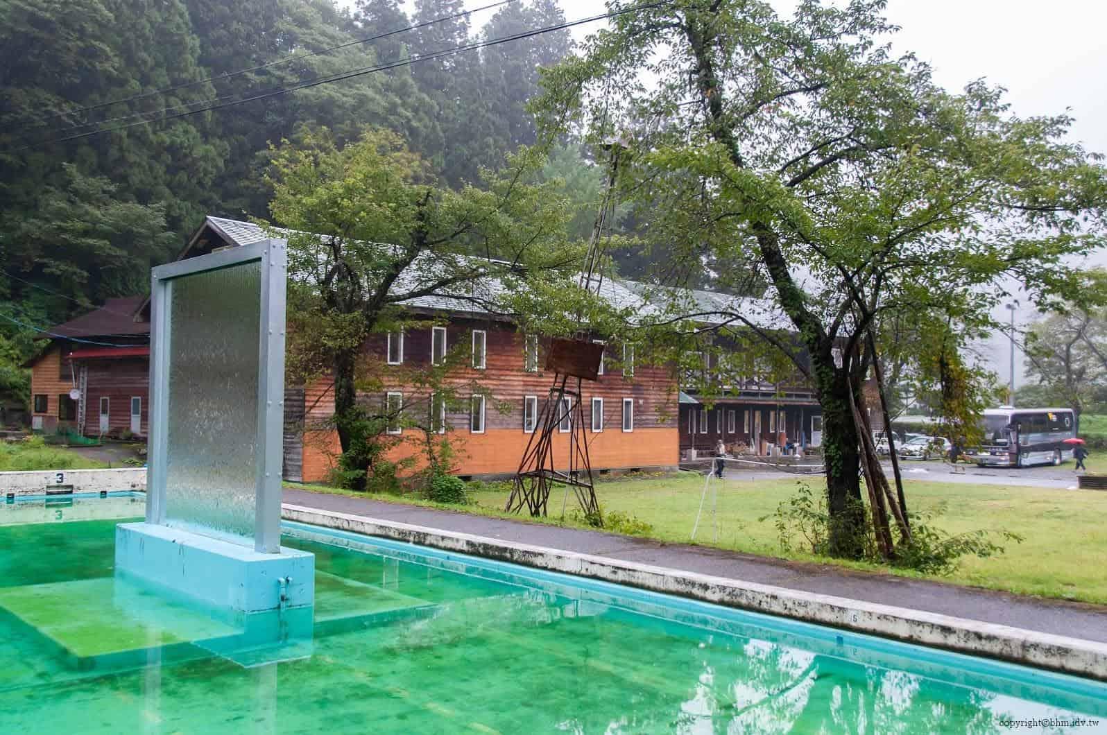 本間純,Melting Wall,豎立於廢棄學校游泳池中的灌水玻璃 越後妻有 Melting Wall melting wall 02