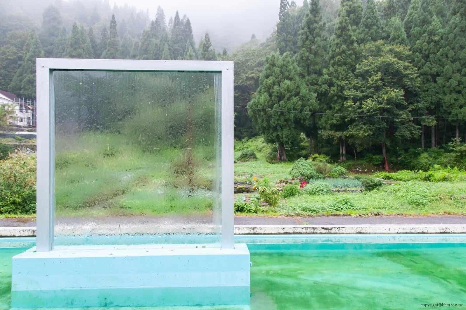 本間純,Melting Wall,波動的水面搖擺不定透過水流於玻璃上呈現出風景 越後妻有 Melting Wall melting wall 03 0x0