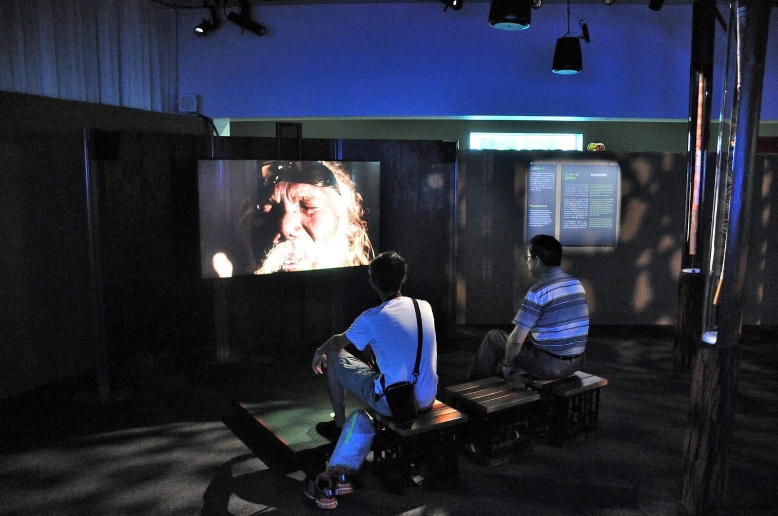 MVRDV,松代雪國農耕文化村[農舞臺],「Yidaki迪吉里杜與澳洲大地之音」,迪吉里杜是澳洲傳統樂器,也是世界最古老的樂器之一。正在介紹大師賈魯古魯維維(Djalu Gurruwiwi) 松代雪國農耕文化村[農舞臺] 松代雪國農耕文化村[農舞臺] no butai snow land agrarian culture center matsudai 10