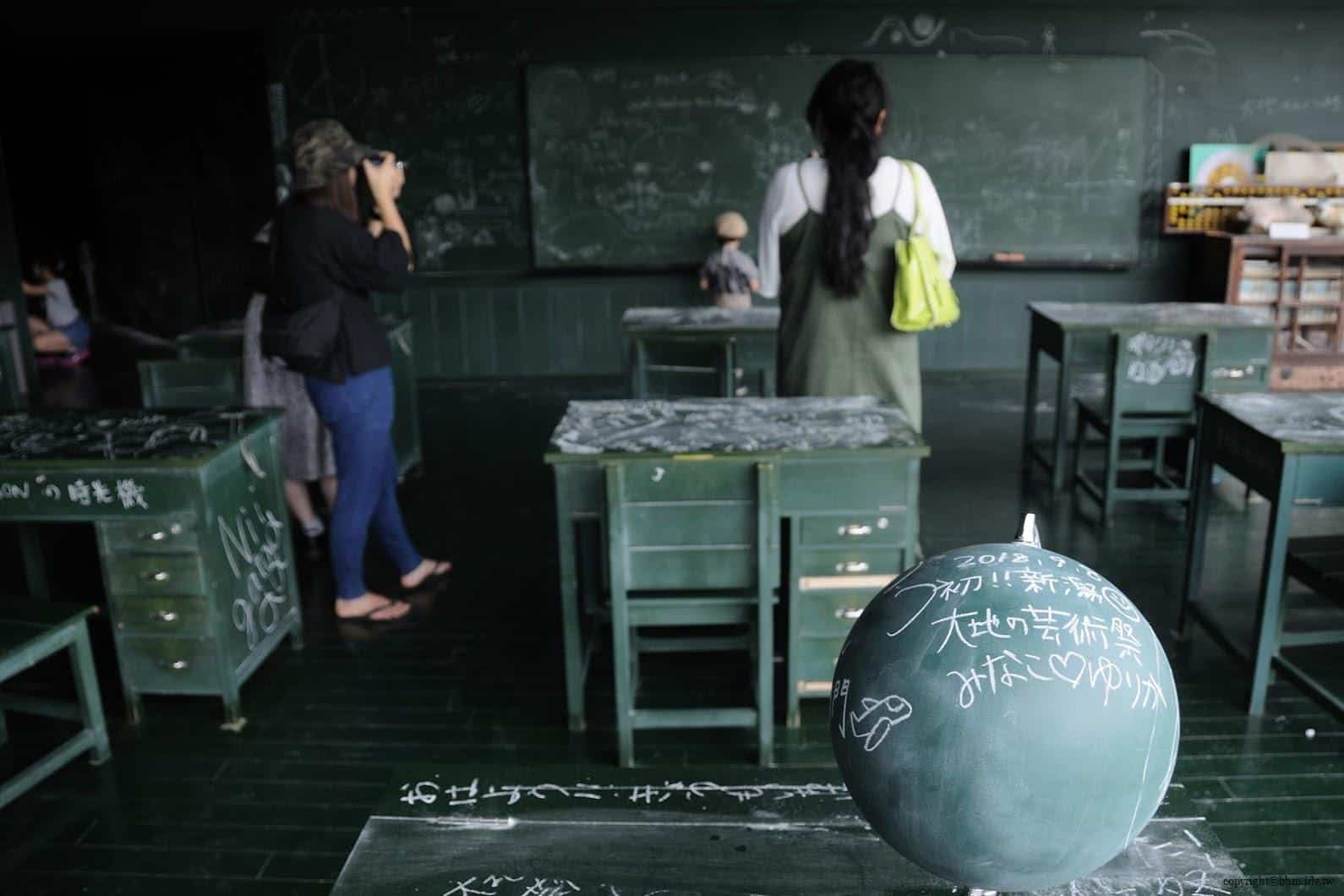MVRDV,松代雪國農耕文化村[農舞臺],関係-黒板の教室」(教育空間),「如果教室內全都是黑板?那該有多好」於是,作者創作出此作品,無論所見之處牆壁、地板、地圖、地球儀等,所有物品都可以使用粉筆寫字畫圖 松代雪國農耕文化村[農舞臺] 松代雪國農耕文化村[農舞臺] no butai snow land agrarian culture center matsudai 12