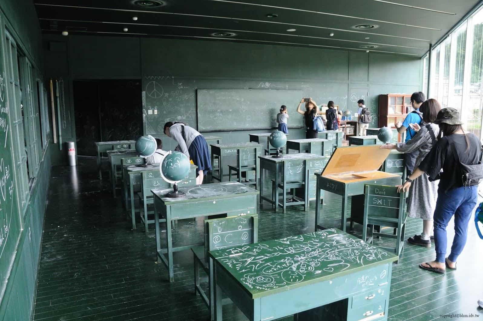 MVRDV,松代雪國農耕文化村[農舞臺],関係-黒板の教室」(教育空間),「如果教室內全都是黑板?那該有多好」於是,作者創作出此作品,無論所見之處牆壁、地板、地圖、地球儀等,所有物品都可以使用粉筆寫字畫圖 松代雪國農耕文化村[農舞臺] 松代雪國農耕文化村[農舞臺] no butai snow land agrarian culture center matsudai 14