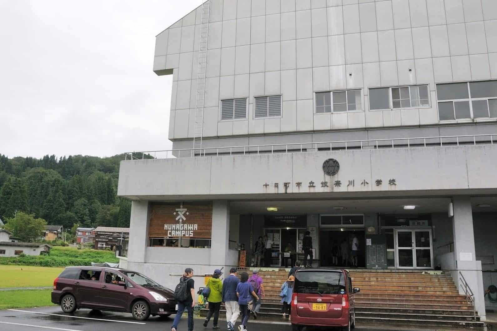 山岸綾-改修設計,奴奈川校園,有點歷史感的斑駁建物外觀,突顯出頗有設計感NUNAGAWA CAMPUS標誌 奴奈川校園 奴奈川校園 nunagawa campus 01 0x0