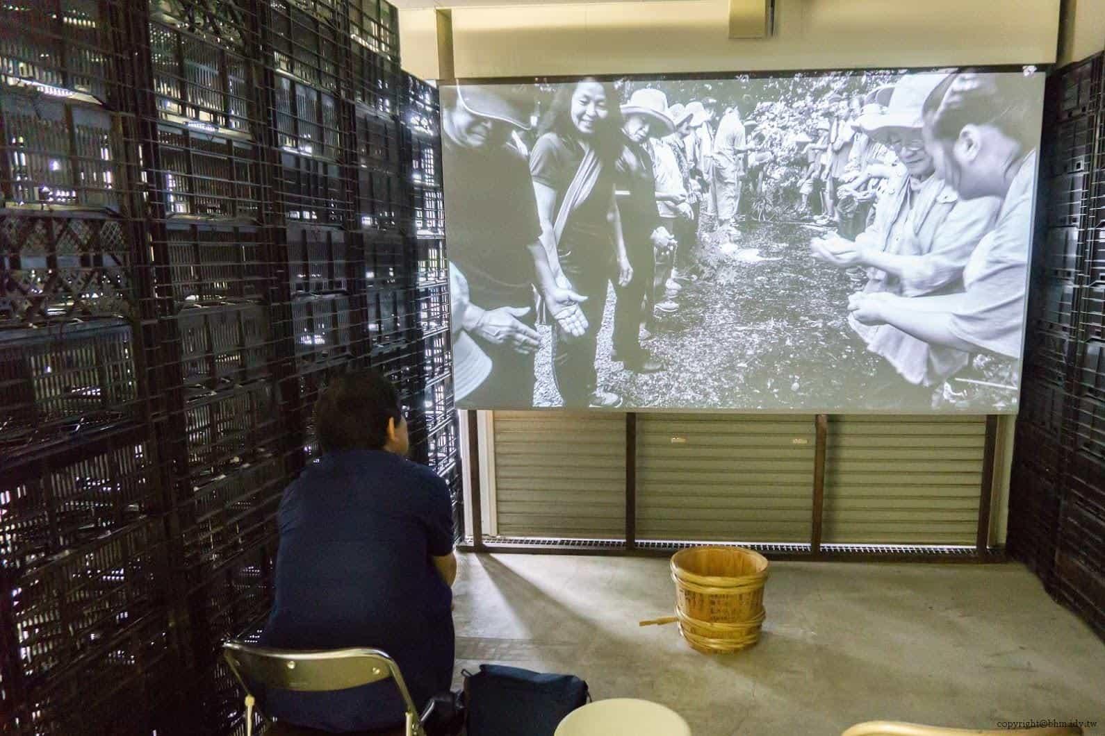田口行弘,送水,影像作品是當地生活用水「龍窪之水」,以人們手捧接力的方式,將水注入桶子裡的模樣 越後妻有 送水 okurimizu 01