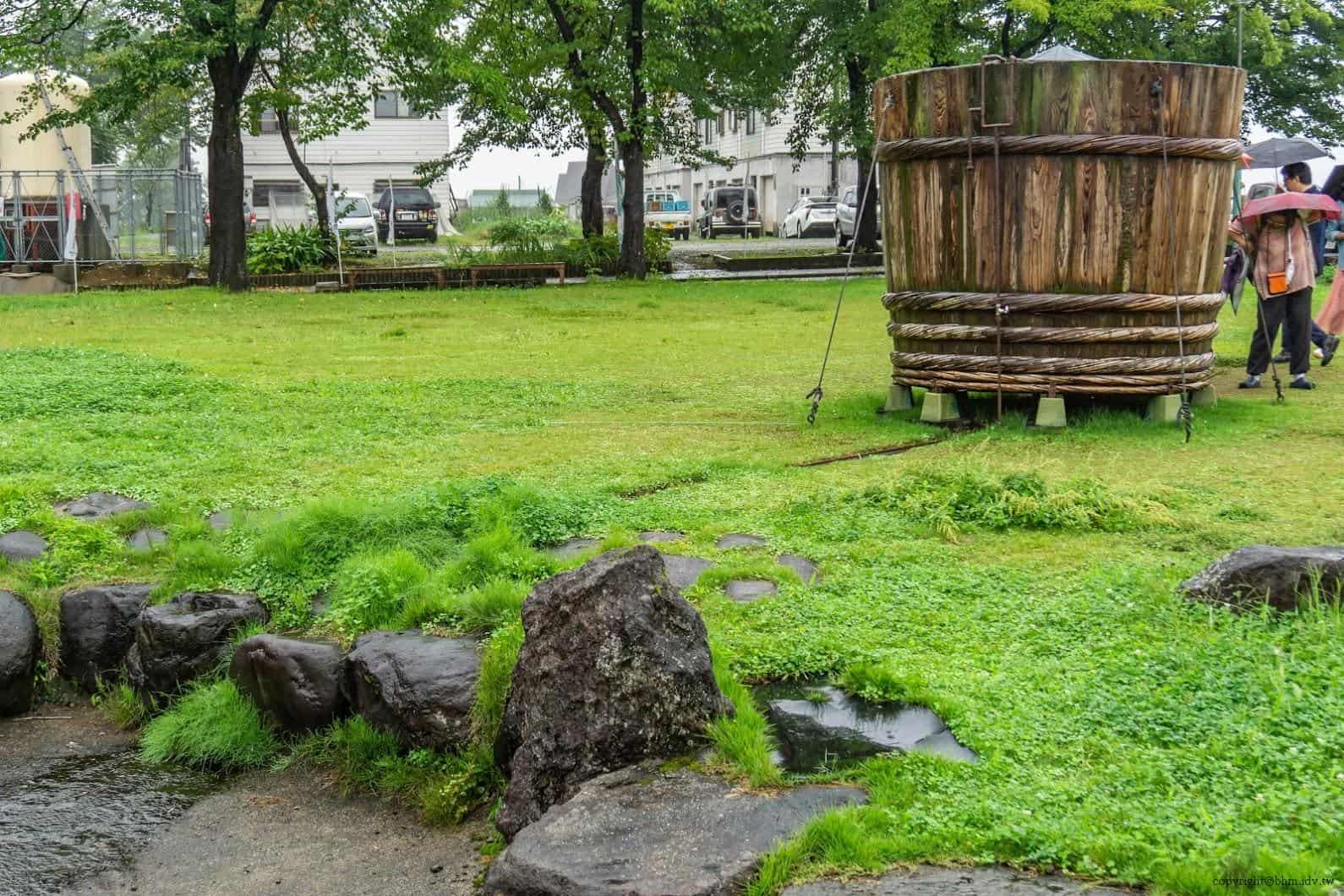 田口行弘,送水,戶外裝置藝術部分則製作了巨大木桶,透過自然接水方式與管路導引,將接到的水引流至旁水道中 越後妻有 送水 okurimizu 03