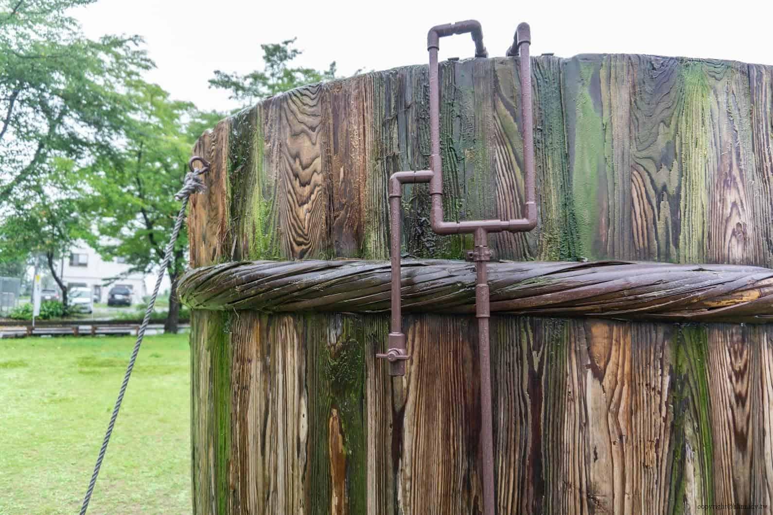 田口行弘,送水,戶外裝置藝術部分則製作了巨大木桶,一旁放置引水裝置 越後妻有 送水 okurimizu 04