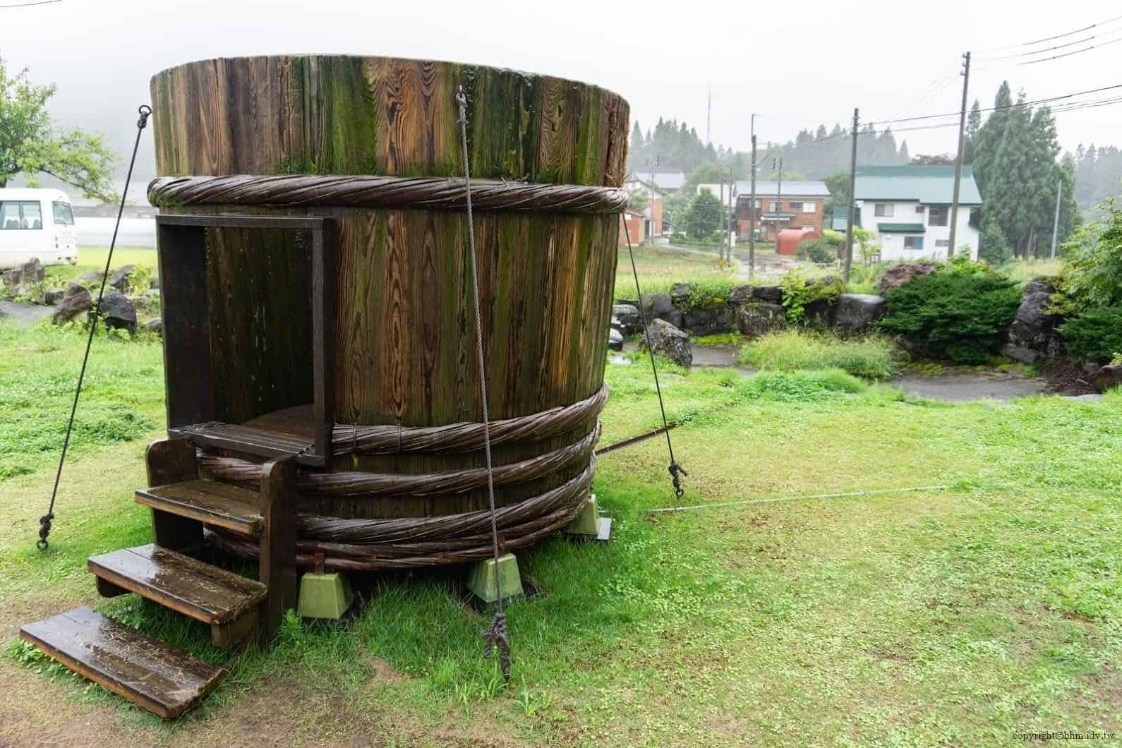 田口行弘,送水,戶外裝置藝術部分則製作了巨大木桶,遊客可進入其中 越後妻有 送水 okurimizu 05 0x0