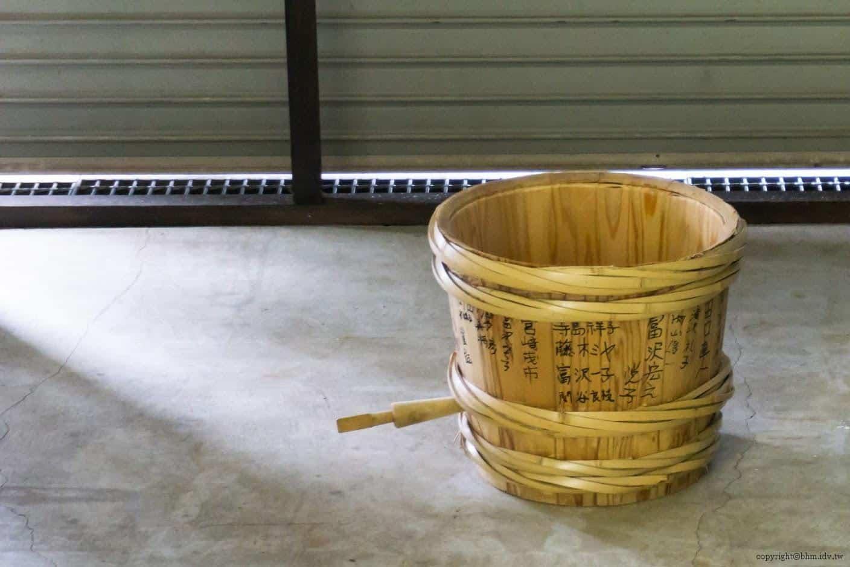 田口行弘,送水,影像作品是當地生活用水「龍窪之水」,以人們手捧接力的方式,將水注入桶子裡的模樣 越後妻有 送水 okurimizu 09