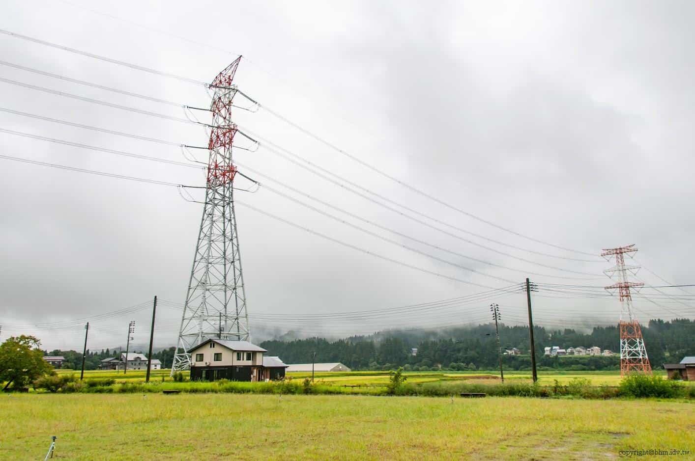 托比亞斯‧普提,太田島公園,旁邊空地後遠眺過去的高壓電路和一般電線,形成如樂曲線符般的和協構圖 太田島公園 太田島公園 otajima park 06