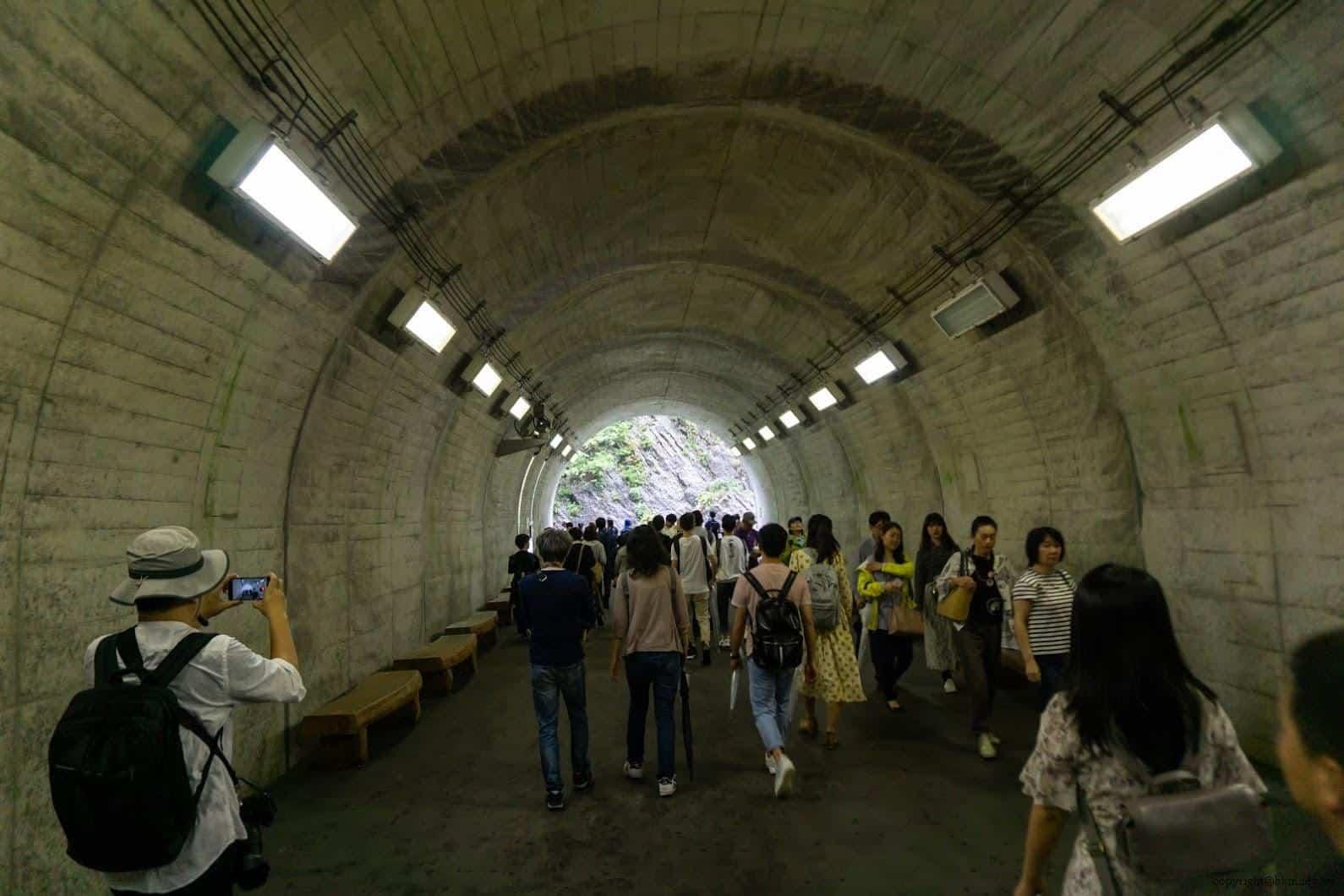 隧道中的第一個觀景台,沒有任何的裝置藝術,最忠實的呈現出清津峽溪谷地形壯闊 越後妻有 光洞 periscopelight cave 05