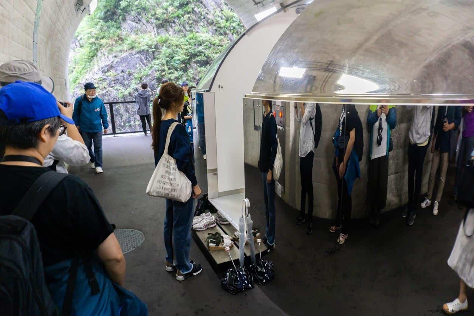 馬岩松,光洞,窺—金(第二觀景台),單面透視鏡洗手間「隱形泡泡」,遊客大排長龍,但因應該都不是真的想如廁 越後妻有 光洞 periscopelight cave 09