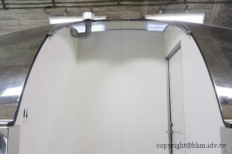 馬岩松,光洞,窺—金(第二觀景台),單面透視鏡洗手間「隱形泡泡」,遊客大排長龍,但因應該都不是真的想如廁 越後妻有 光洞 periscopelight cave 10