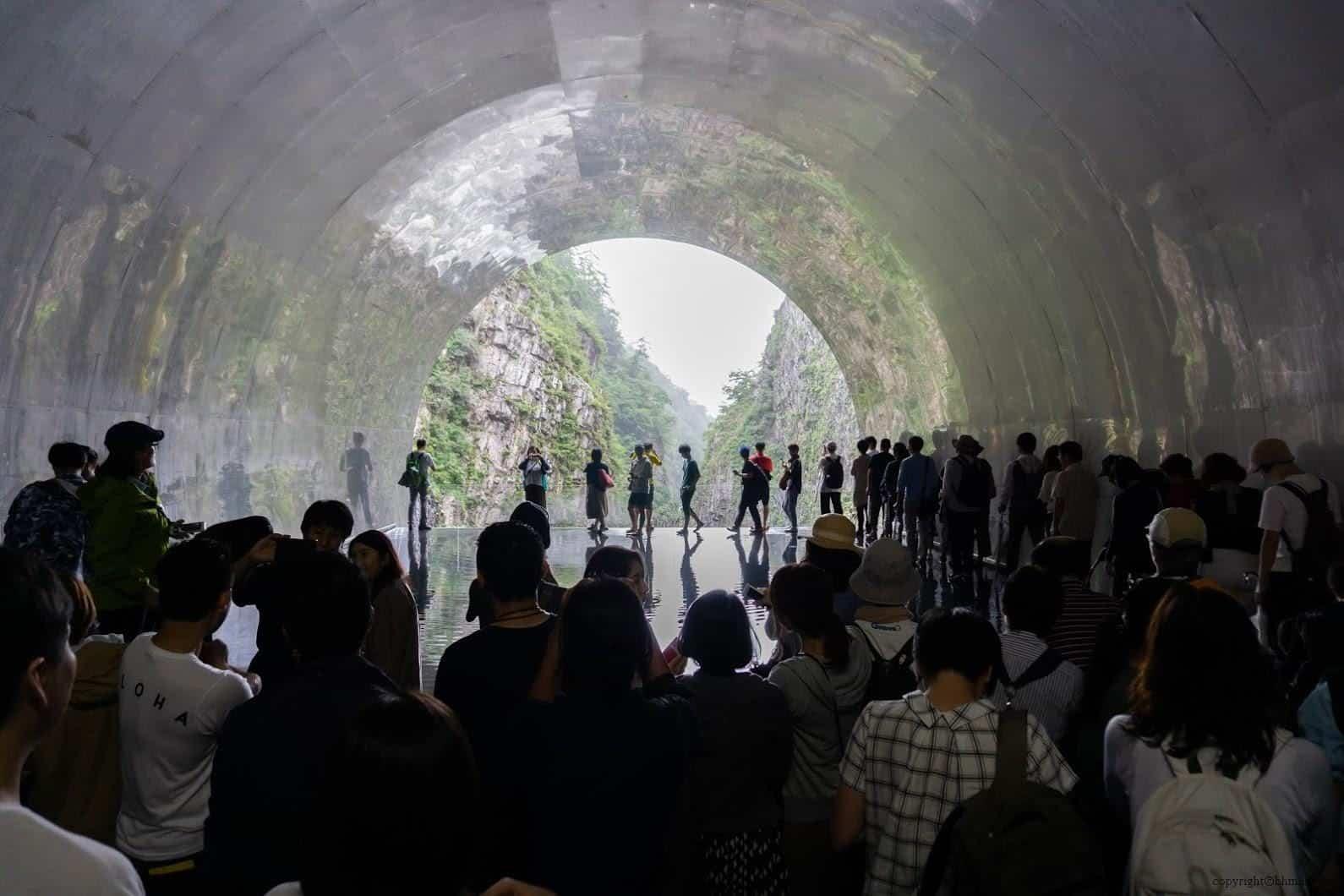 馬岩松,光洞,鏡池—水(第四觀景台),置放了一池淺水,不銹鋼板在倒影反射下鏡面的水與半圓形隧道洞口,形成了擁有完美弧線的圓 越後妻有 光洞 periscopelight cave 13 0x0