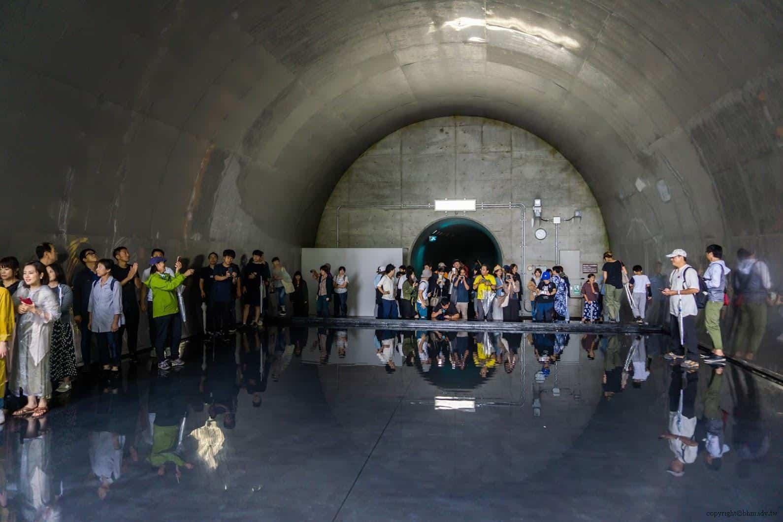 馬岩松,光洞,鏡池—水(第四觀景台),假日人多到滿出來的,人亦在拍攝他人,也變成被拍攝的風景 越後妻有 光洞 periscopelight cave 14