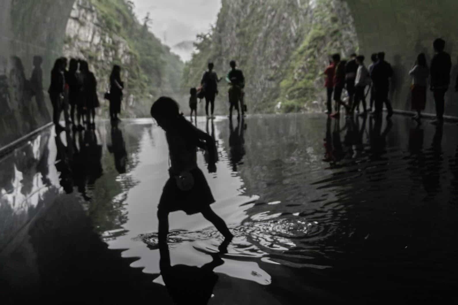 馬岩松,光洞,鏡池—水(第四觀景台),小朋友恣意的水面上玩耍與看風景,但同時他們的行為也變成別人眼中的風景 藝術融於入環境 藝術融於入環境 periscopelight cave 15