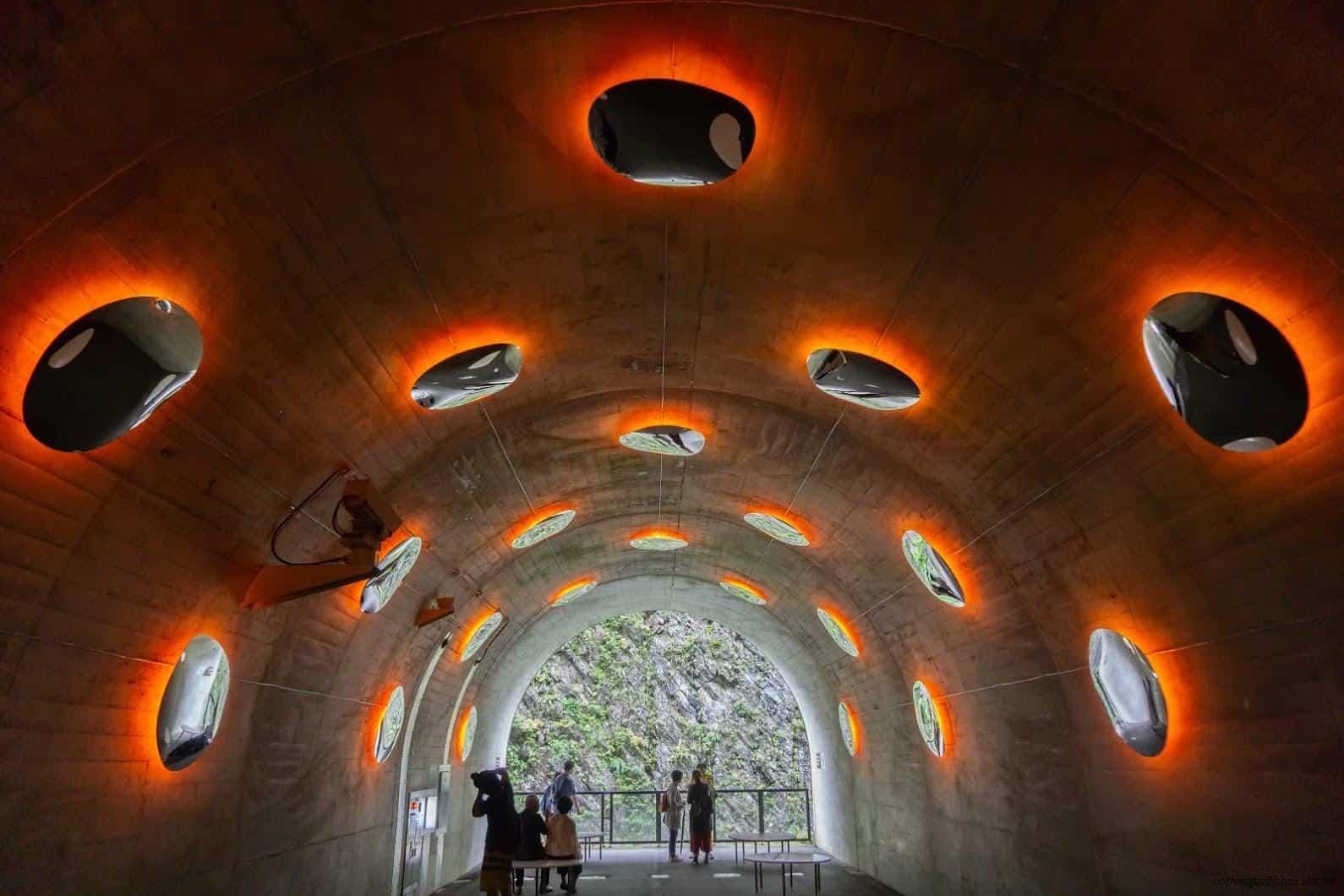 馬岩松,光洞,滴—火(第三觀景台),牆壁上加裝多面水滴形狀的鏡子,每面鏡子都可看到自己也看到別人,彷彿穿梭在現實與虛擬間找尋自我 越後妻有 光洞 periscopelight cave 17 0x0
